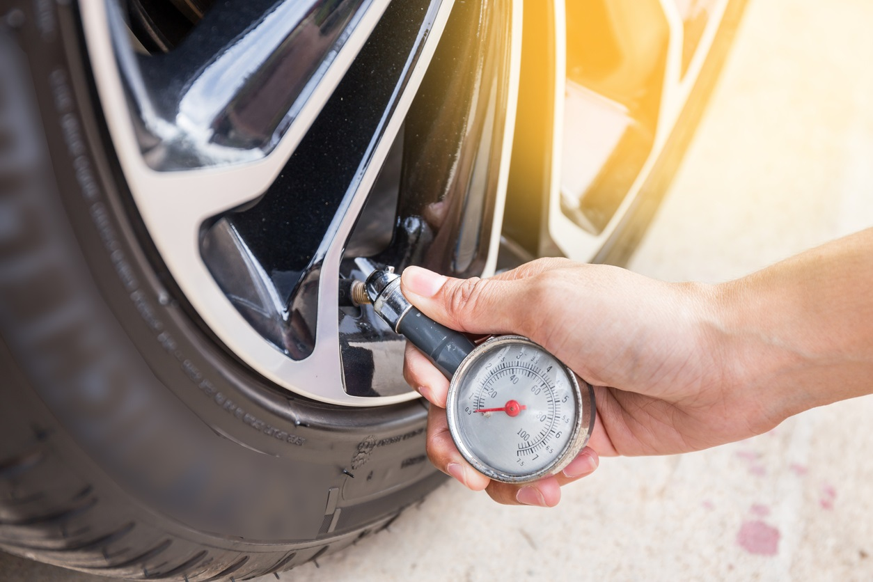 checking car tyre pressure